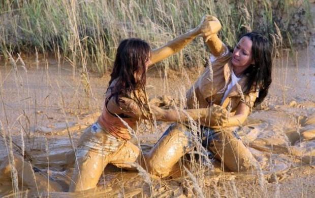 Lindas garotas banhadas de lama