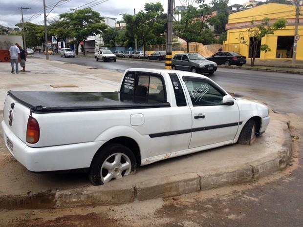 Carro é cimentado em calçada após briga de vizinhos