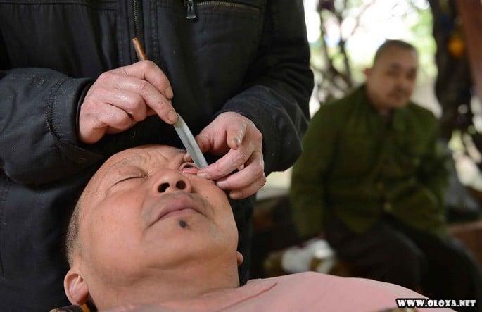Limpeza de olhos nas ruas da China
