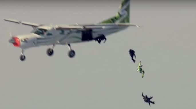 Americano maluco salta sem paraquedas a mais de 7 mil metros