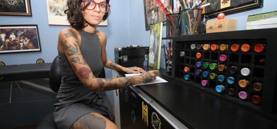 Tatuadora ajuda mulheres a cobrir cicatrizes de mulheres violentadas de graça