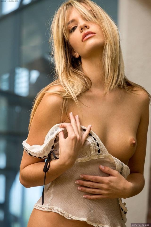Kenna James uma magrinha sexy exibindo suas lindas curvas 27