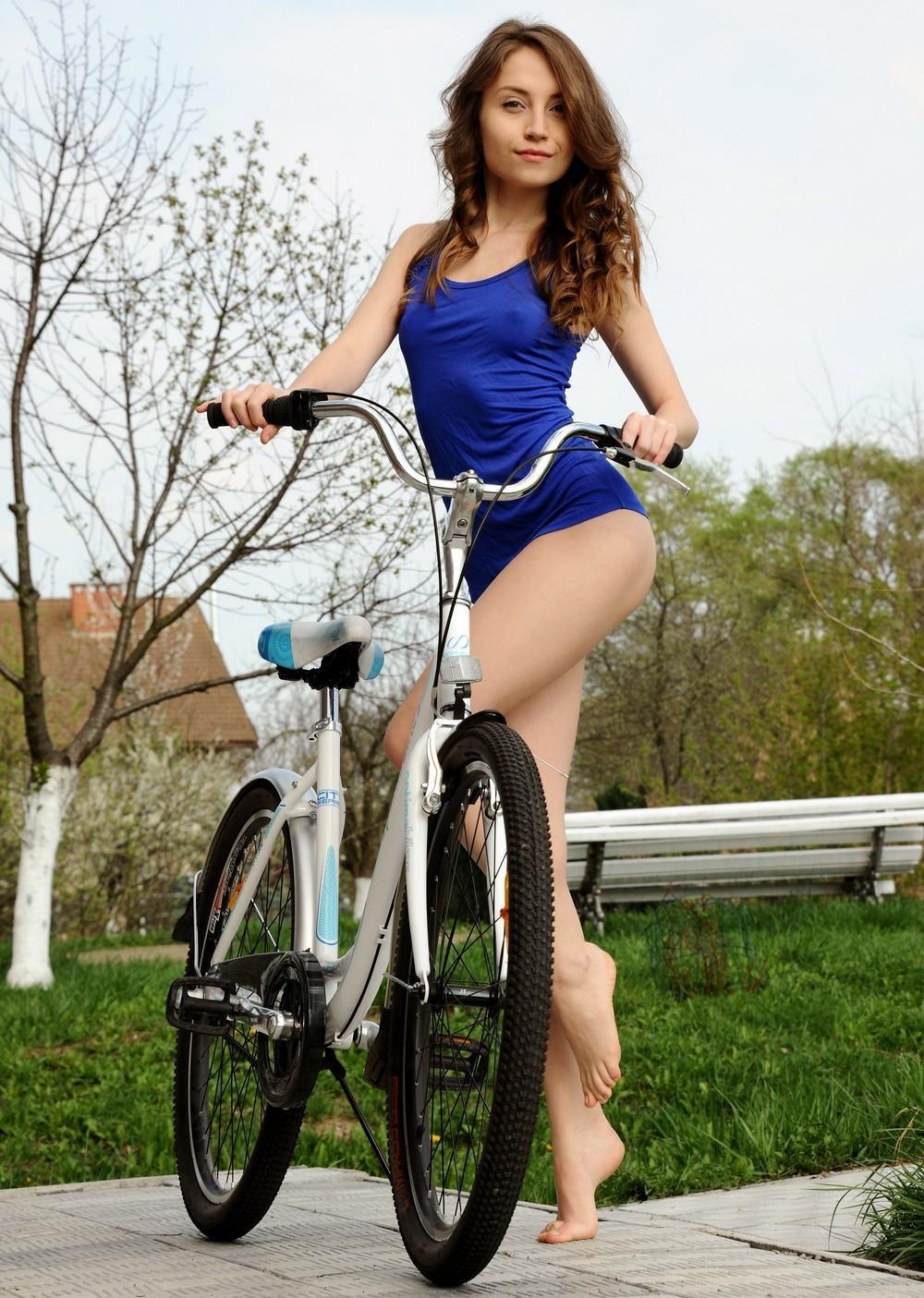 Bruna uma morena sensual andando de bicicleta totalmente nua