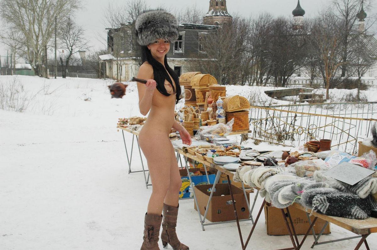 Veja essa morena pelada no inverno para chamar atenção 19