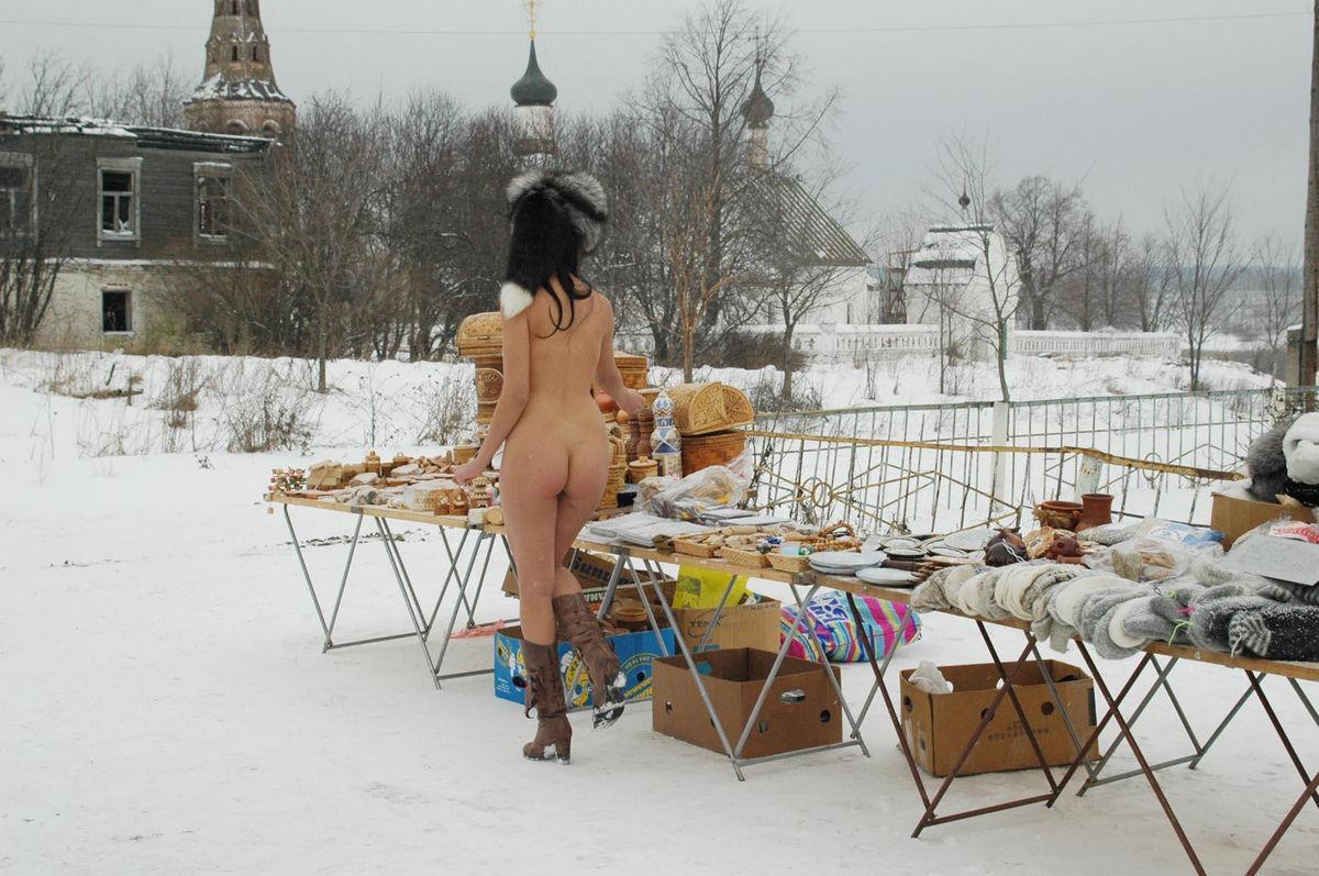 Veja essa morena pelada no inverno para chamar atenção 28