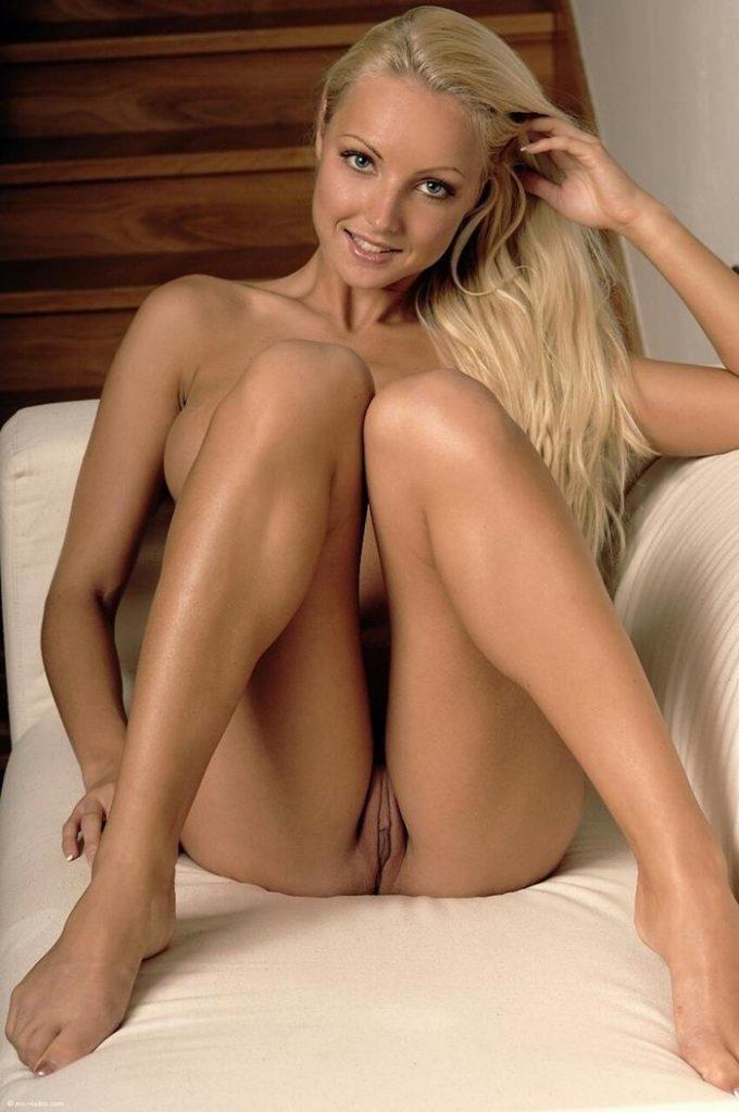 Fotos de mulheres peladas mostrando a buceta e o cuzinho