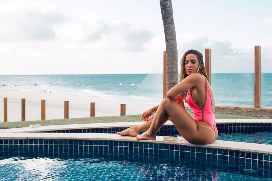 Anitta tira fotos com maiô cavado e leva fãs a loucura 4